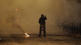 Συνελήφθη ο νεαρός που έκαψε την ελληνική σημαία έξω από το Πολυτεχνείο