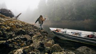 Καταγράφοντας τη ζωή ενός 27χρονου στην Αλάσκα που ζει με φάλαινες και αρκούδες (pics)