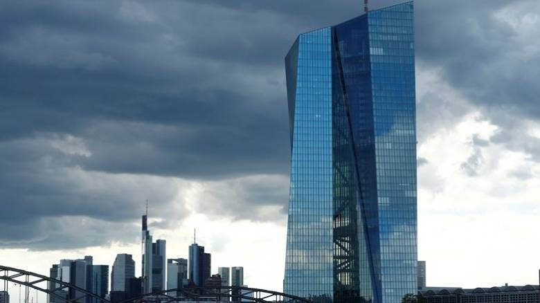Bloomberg: Να ενταχθεί η Ελλάδα στο πρόγραμμα αγοράς ομολόγων της ΕΚΤ