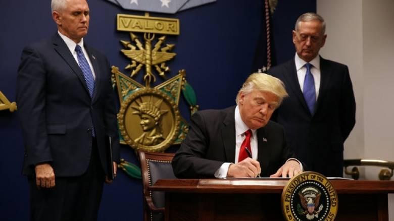 Νέο αντιμεταναστευτικό διάταγμα που εξαιρεί το Ιράκ υπέγραψε ο Τραμπ