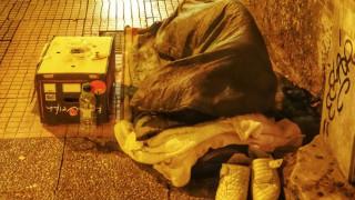 Βόλος: Άστεγη συνελήφθη γιατί άναψε φωτιά σε κάδο απορριμάτων για να ζεσταθεί