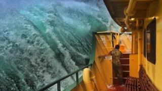 «Μάχη» φέρι μποτ με πελώρια κύματα στο Σίδνεϊ (pics)