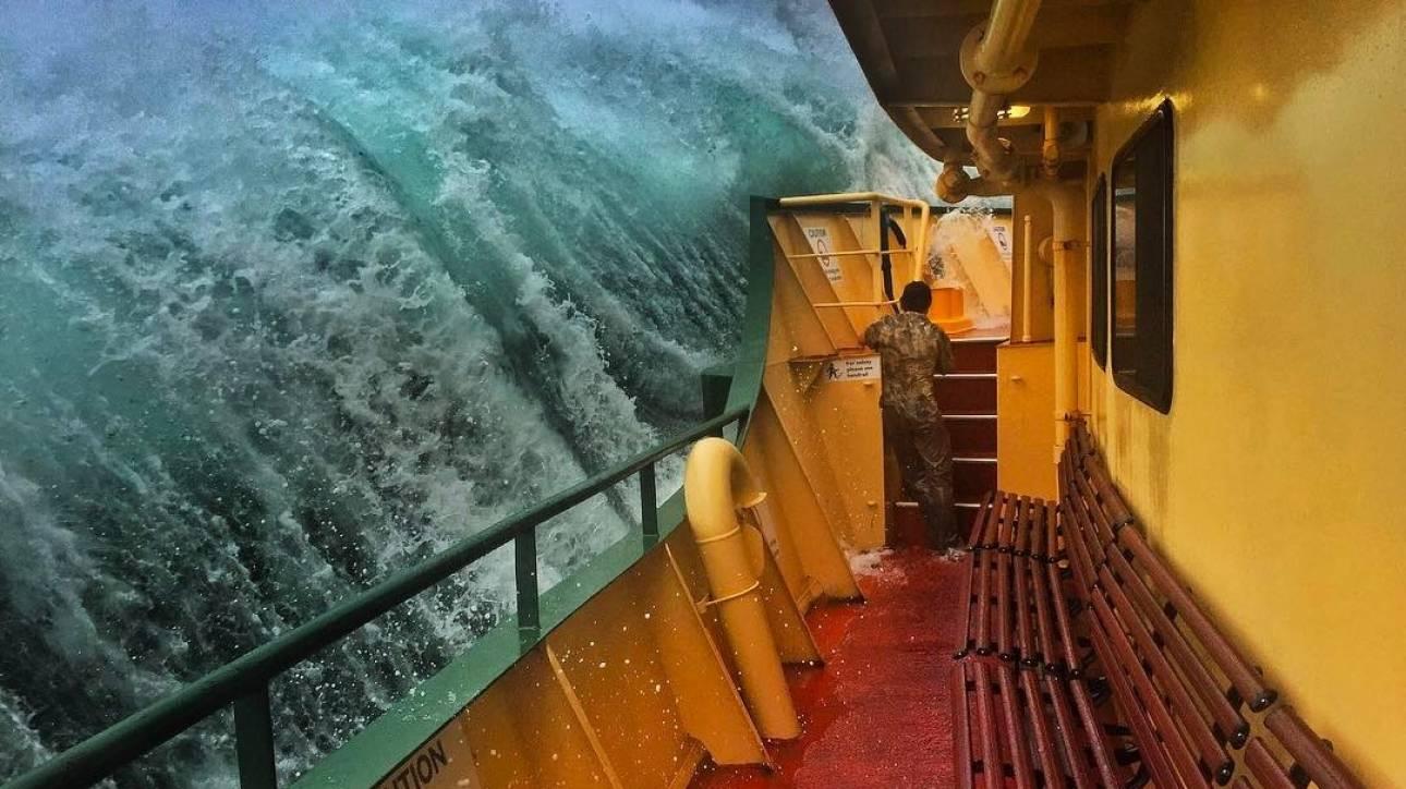 Η τρομακτική μάχη ενός φεριμπότ με τα κύματα (vid)