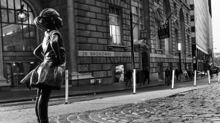 Ένα ατρόμητο κορίτσι κοιτά στα μάτια τον ταύρο της Wall Street