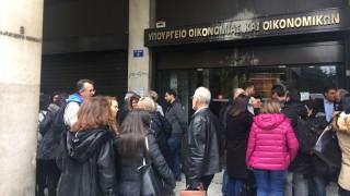 Διαμαρτυρία εφοριακών έξω από το ΥΠΟΙΚ (pics&vid)
