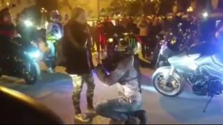 Πρόταση γάμου με... μοτοσικλέτες, σπινιαρίσματα και κόρνες (vid)