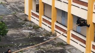 Έτσι ανεβαίνει στα κτίρια η επίλεκτη αστυνομική δύναμη SWAT στο Βιετνάμ (Vid)