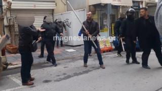 Κασιδιάρης και Ηλιόπουλος με καδρόνια έξω από τηλεοπτικό σταθμό (pics&vids)