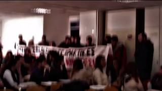 Βίντεο από την εισβολή νεαρών στο μάθημα του καθηγητή Συρίγου στο Πάντειο