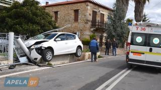 Απίστευτο τροχαίο στη Σπάρτη - To αυτοκίνητο «προσγειώθηκε» σε αυλή σπιτιού (pics&vid)
