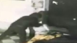 Αποτρόπαιο βίντεο: Άγνωστος πυρπολεί άστεγο στην Ιταλία (vids)