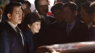 Νότια Κορέα: Εγκατέλειψε το Μέγαρο η πρώην πρόεδρος μετά το σκάνδαλο (pics&vid)