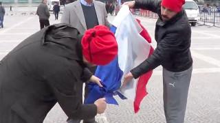 Τούρκοι διαδηλωτές έκαψαν λάθος σημαία (vid)