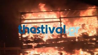 Στις φλόγες νταλίκα στο Δερβένι Θεσσαλονίκης (pics)