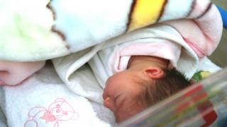 Στα σκαριά νόμος για την υιοθεσία την ώρα που τα εγκαταλελειμμένα παιδιά ανέρχονται σε 2.000