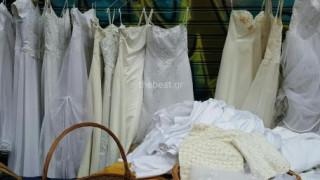 Στις λαϊκές αγορές της Πάτρας πωλούν ακόμη και... νυφικά (pics&vid)