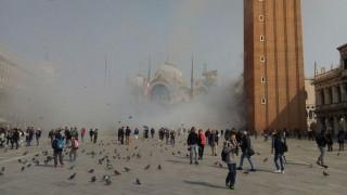 Η πλατεία του Αγίου Μάρκου στη Βενετία γέμισε καπνό (vids)