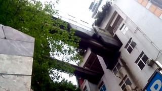 Τρένο στην Κίνα περνά μέσα από τους ορόφους πολυκατοικίας (Vid)