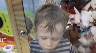 Τρίχρονος εγκλωβίστηκε σε μηχάνημα με παιχνίδια (pics)