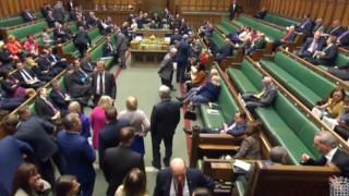 Επίθεση στο Λονδίνο: Όταν «πάγωσε» το βρετανικό κοινοβούλιο (vid)