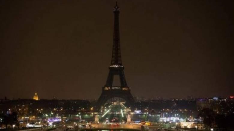 Ο Πύργος του Άιφελ «σκοτείνιασε» στη μνήμη των θυμάτων του Λονδίνου (vid)