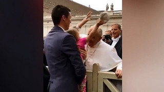 Η τρίχρονη που… έκλεψε το καπελάκι του Πάπα