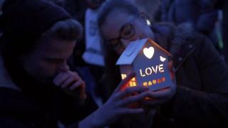 Επίθεση Λονδίνο: Αγρυπνία με χιλιάδες αναμμένα κεριά για τη μνήμη των θυμάτων (pics)