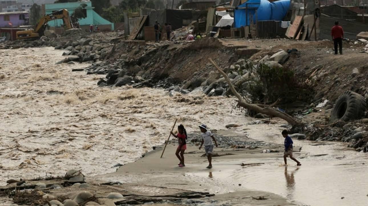 Περού: Ισχυρές βροχοπτώσεις «ξεθάβουν» τα οστά από τα νεκροταφεία (vids&pics)