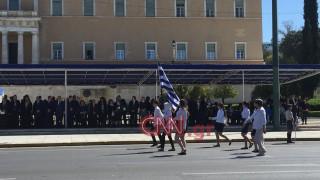 25η Μαρτίου: Η σημαιοφόρος με την μαντίλα που ξεχώρισε (pics&vid)