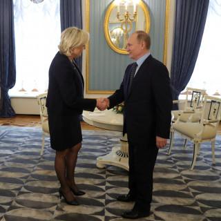 Ρωσία: Ο Βλαντιμίρ Πούτιν συναντήθηκε με την Μαρίν Λεπέν