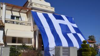 Με μία γιγάντια ελληνική σημαία κάλυψε όλο το σπίτι του (pics)