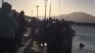 «Βουτιά» αυτοκινήτου στη θάλασσα στην Πάρο (vid)