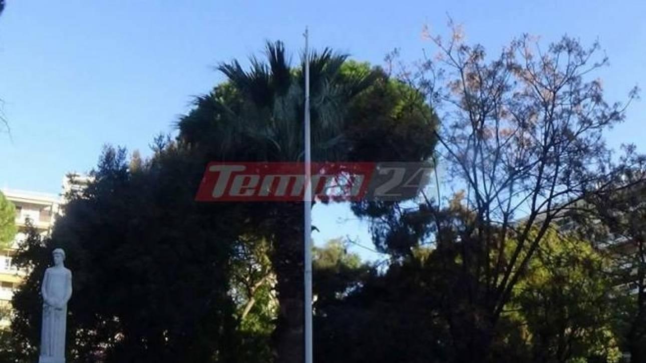 Έκαψαν την ελληνική σημαία στην Πάτρα (pics)