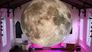 Μια σελήνη ταξιδεύει στον κόσμο (pics)