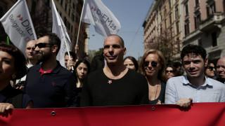 Ο Βαρουφάκης διαδηλώνει στη Ρώμη (pics)