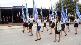Πάτρα: Εργαζόμενη μητέρα σήκωσε τη σημαία στην παρέλαση (vid)