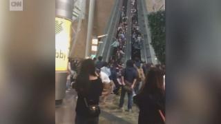 Οι κυλιόμενες σκάλες του τρόμου: Βλάβη προκαλεί ανθρώπινο ντόμινο