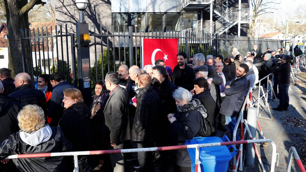 Δημοψήφισμα Τουρκία: Ψηφίζουν νωρίτερα οι Τούρκοι της Γερμανίας