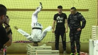 Απίστευτο ρεκόρ Guinness: 16χρονος σπάει 111 τσιμεντένια μπλοκ με το κεφάλι (vid)