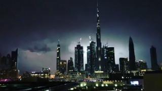 Απίστευτο: Δείτε κεραυνό να χτυπά το ψηλότερο κτίριο του κόσμου (vid)