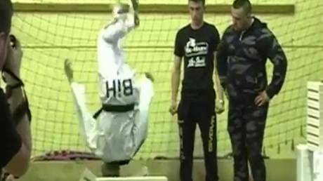 Ο έφηβος που έσπασε 111 τούβλα με το κεφάλι σε 35 δευτερόλεπτα