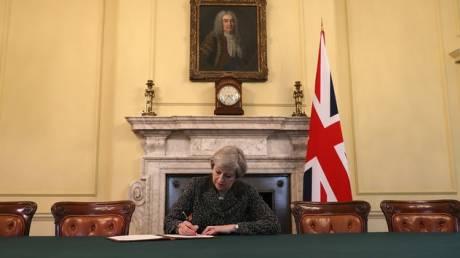 Η Μέι υπέγραψε την επιστολή για την έναρξη του Brexit (pics)