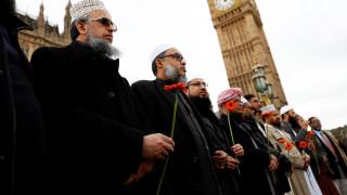 Λονδίνο: Μια ανθρώπινη αλυσίδα στo Westminster για τα θύματα της επίθεσης (pics&vids)
