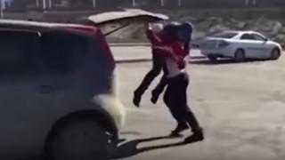 Οδηγός διαφώνησε με την δυνατότερη γυναίκα της Σιβηρίας και το μετάνιωσε πικρά (vid)