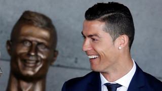 Ο αστείος Ρονάλντο, ο ακέφαλος Μέσι και άλλες ιστορίες αγαλμάτων ποδοσφαιριστών (pics)