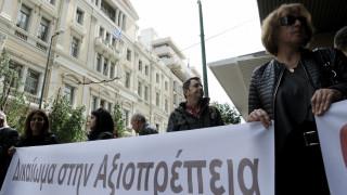 Διαμαρτυρία από χήρες αστυνομικών και στρατιωτικών έξω από το υπ. Εργασίας (pics)