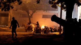 Παραγουάη: Εικόνες «πολέμου» μετά από εισβολή διαδηλωτών στην Γερουσία (pics)