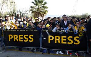Κόσμος και δημοσιογράφοι περιμένουν τις αποστολές