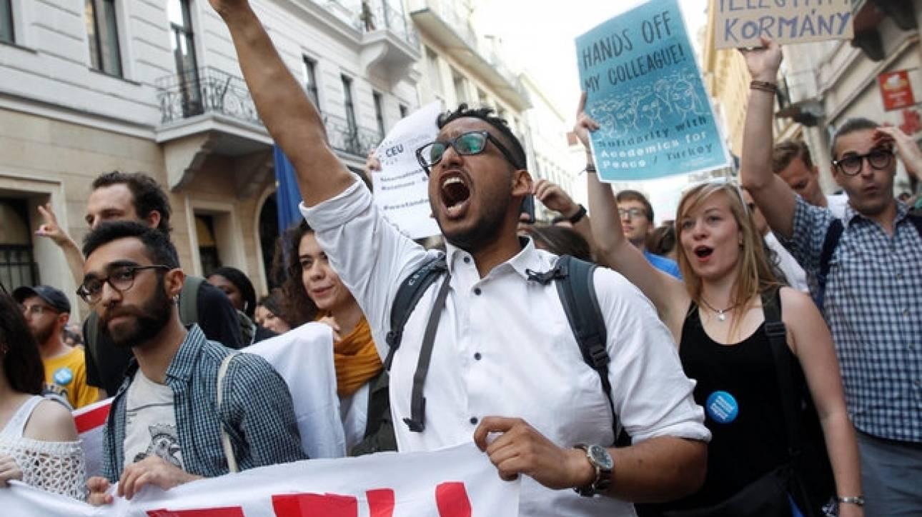 Χιλιάδες Ούγγροι στους δρόμους για το πανεπιστήμιο του Τζορτζ Σόρος (pics)