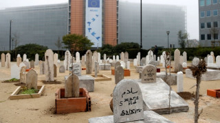 Τάφοι δεκάδων Σύρων παιδιών έξω από το Κοινοβούλιο στις Βρυξέλλες (pics)